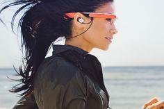 Google Glass gets headphones, Play Music integration, other music features. Anche con la cuffia per poter comunicare con la sala operativa... cosi è perfetto.