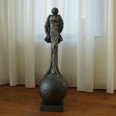 Decoratie beeld of figuur van een dame staand op een bol. Ze is maar liefst 68 cm hoog en een mooi kunst beeld of woonaccessoire passend in bijna elke woninginrichting. Dit beeld als cadeau gewoon voor jezelf. Of een cadeau om weg te geven.