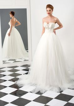 Sharon este o rochie de mireasa model printesa, realizata din materiale pretioase, cu detalii fermecatoare. O rochie statement, datorita siluetei sirena si corsetului cu cristale aplicate manual. Personalizeaza-ti rochia laATELIER BIEN SAVVY. Programeaza-te la 0766 635 060.