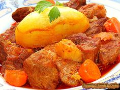 Menită să dea vigoare, tocana de vita si porc este o mâncare cum nu se poate mai robustă, fiind lansată odată cu venirea toamnei Romanian Food, Romanian Recipes, Mai, Cornbread, Fruit, Ethnic Recipes, Pork, Salads, Millet Bread