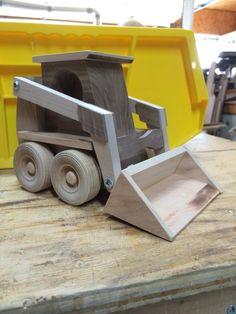 Artesanía madera skidloader funciona como los reales. Su pequeña excavadora o agricultor puede encontrar horas de diversión con este cargador de pequeño. Skidloader es 8 de largo, 5 de ancho y 5-1/2 alto. Estos cargadores se construyen para jugar, sin embargo también hacen agradable