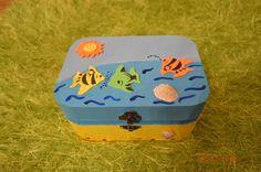 Caixa em madeira pintada à mão e com apliques. Para comprar ou alguma dúvida, contactar arte_encaixarte@hotmail.com ou https://www.facebook.com/encaixarte/