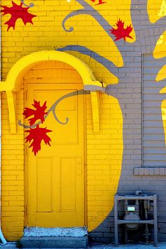 funky yellow door........like!!!   BDR