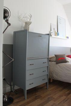 Petit secrétaire vintage en bois, repeint en gris galet. Intérieur un ton plus clair avec petite étagère, idéale pour ranger. La tablette rouge appo