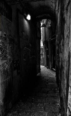 Rue sombre en Italie.