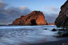 Maravillosas #playas de arena negra y custodiadas por increíbles formaciones rocosas - foto vía Van Marty Photography.