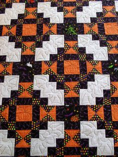 Halloween quilt, pieced by Jean Watson, quilted by Jessica Gamez | Jessica's Quilting Studio : quilted with bats betwen the blocks Longarm Quilting, Hand Quilting, Quilting Projects, Quilting Designs, Machine Quilting Patterns, Quilting Tips, Quilt Patterns, Sewing Projects, Halloween Sewing