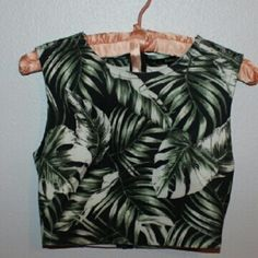 Tropical leaf crop top Crop top with tropical leaf pattern. Fully unzips on back. Forever 21 Tops Crop Tops