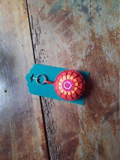"""Schlüsselanhänger """"Blume"""" - rund, aus Filz von BernadettHackner auf Etsy Cuff Bracelets, Etsy, Jewelry, Small Rings, Flower, Felting, Craft Gifts, Round Round, Beads"""