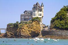 Surfers à #Biarritz @ Oscar Alonso Algote via sadielynn14 #paysbasque #aquitaine #RVenFrance