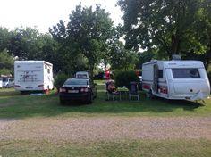 Campingplatz Haithabu, Schleswig, Tyskland. Man kan sidde og nyde udsigten over til Schleswig fra stort set alle pladser.