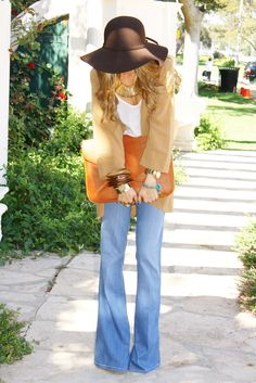 Floppy hat + oversized clutch + flare jeans = casually chic look