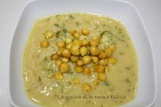 La zuppa di ceci e broccoli è una variante alla più tradizionale zuppa di ceci arricchita con i broccoli e i ceci al curry