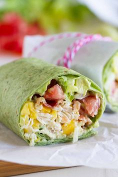 California Club Chicken Wrap – Taste and Tell Shredded chicken, mango, avocado and bacon are the stars in this easy California Club Chicken Wrap that is perfect for a weeknight. Tacos, Tostadas, Quesadillas, Healthy Lunch Wraps, Salat Wraps, California Chicken, Clean Eating, Healthy Eating, Shredded Chicken Recipes