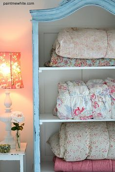 Le plus chaud Instantanés french armoire makeover Populaire Bureau Shabby Chic, Shabby Chic Quilts, Shabby Chic Office, Shabby Chic Living Room, Shabby Chic Bedrooms, Shabby Chic Kitchen, Vintage Quilts, Comforter Storage, Quilt Storage