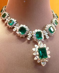 The famous and iconic Bulgari emerald necklace, part of a parure by Bvlgari that was given to Elizabeth Taylor by Richard Burton. Sold for US$6,130,500 at auction at Christie's New York. Discover the history and the famous fashion women who wore it: http://www.thejewelleryeditor.com/jewellery/bulgari-history-of-style-celebrities-iconic-design/ #jewelry