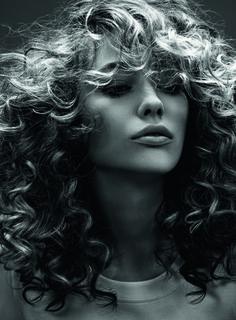 Le dégradé volume : Idées pour cheveux bouclés - Journal des Femmes