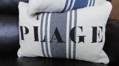 """Coussin rectangulaire """"PLAGE"""" écrit au pochoir, en lettres noires tendance bord de mer : Textiles et tapis par by-gd"""
