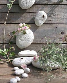 Petits et grands cocons dans un jardin au soleil...☀️#porcelain #cocon #vase #handmade #flowers #garden #branch #leaf #heirloom #crochet #dentelle #gold #decoration #handbuilt #handcrafted #pottery #poesia #ceramics #wabisabi #creditphotomarieroura #myriamaitamarceramics