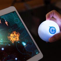 Sphero 2.0, la balle robotisée, est contrôlée depuis votre smartphone et, grâce aux applications adaptées, vous promet des heures de jeu géniales !
