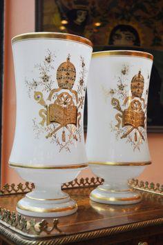 Paire de vases en opaline, avec tiare pontificale, XIXéme siècle.  DE MONTMARIN MARTINE, Stand 50