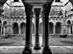 Girona. Claustro. - Pinned by Mak Khalaf Monasterio de Sant Pere de Galligants. Girona.(España). City and Architecture Cataluña/CatalunyaSant Pere de Galligantsarchitecturearquitecturablanckandwhiteblancoynegroclaustrocloisterespañagironamonasteriomonasteryspain by susanacarrasco21