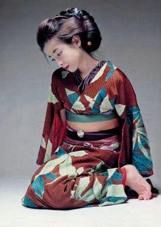 Rie Miyazawa in kimono. What a beautiful design of a kimono! Foto Fashion, Kimono Fashion, Traditional Kimono, Traditional Outfits, Japanese Beauty, Japanese Girl, Yukata Kimono, Photo Portrait, Japanese Costume