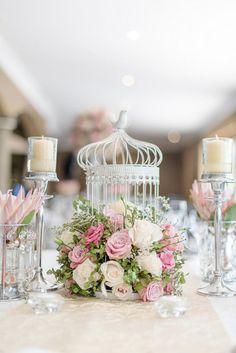 Jaulas victorianas decorada con flores de colores rosas y velas, sencillo y súper decorativo. #DecoracionBodas