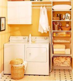 イエローの壁紙を使えば、窓がない洗濯機周りでも明るく賑やかな印象に。レトロな床のタイルともよく合っています。