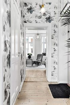 Hallways are the Perfect Daring Design Opportunity: 9 Eye-Popping Ideas These small spaces are an easy way to make a big impact with style without overstating color or pattern. Trendy Wallpaper, Wall Wallpaper, Wallpaper Ideas, Bedroom Wallpaper, Floral Wallpapers, Green Wallpaper, Black Floral Wallpaper, Kitchen Wallpaper Accent Wall, Wallpaper Accent Wall Bathroom