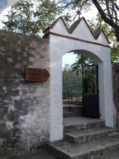 Entrance to the cementery - Entrada al cementerio