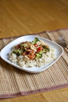 Hähnchen- und Gemüsepfanne mit Erdnuss-Sauce - Mein Kleiner Gourmet