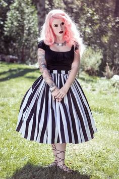 Vintage Goth Pinup Capsule Collection- Jenny Gathered Full Skirt in Black and White Stripe - She is so fricken gorgeous! Vintage Goth, Mode Vintage, Vintage Ladies, Vintage Style, Vintage Pins, Retro Vintage, Mode Rockabilly, Rockabilly Fashion, Plus Size Rockabilly