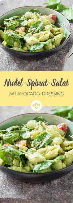 Cremige Avocado, leichte Buttermilch, würzige Petersilie und frische Limette werden zur Salat-Sauce für Pasta, Spinat, Tomaten und knusprigen Bacon on top.