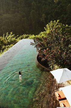 Non so cosa abbia questa piscina ma la trovo meravigliosa. Il colore? lo sfioro?