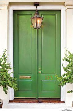 13 Beautiful Photos of Charleston's Historic Homes - Explore Charleston Blog Green Front Doors, Front Door Colors, Front Door Design, Traditional Front Doors, Traditional House, Design Exterior, Exterior Paint, Exterior Doors, Pintura Exterior