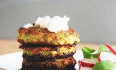 Fritters är grönsaksbiffar som är lätta att laga och väldigt goda. De här är baserad på blomkål, broccoli och parmesan men det går egentligen bra att