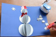 Pomocí dekorační děrovačky, metalických papírů a popisovačů ozdobíme pozadí dle fantazie.