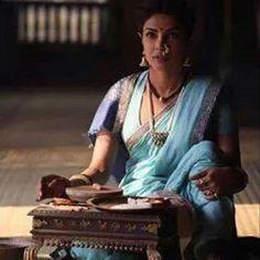 made Kashi Bai ( played by Priyanka ) look gorgeous in Bajairao Mastani. Sure creative liberty was taken with the fabric and… Traditional Fashion, Traditional Sarees, Bollywood Cinema, Bollywood Actress, Indian Actress Photos, Indian Actresses, Indian Attire, Indian Wear, Priyanka Chopra Saree