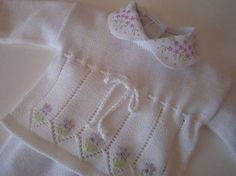 Conjunto Laço | Beebaby | 196F03 - Elo7 Baby Knitting Patterns, Baby Patterns, Hand Knitting, Crochet Baby, Knit Crochet, Knitted Baby Clothes, Baby Sweaters, Knitting Projects, Baby Dress