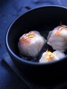 Pour changer des trop traditionnelles recettes de saumon ou de dinde de Noël, on réalise ces bouchées de lotte aux agrumes et safran.