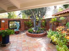 Photos ideas for using Saltillo and Mexican tile flooring in your home Spanish Landscaping, Small Backyard Landscaping, Backyard Patio, Porch Flooring, Tile Flooring, Outdoor Flooring, Mexican Patio, Mexican Hacienda, Courtyard Design