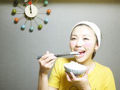 """夜遅い時間の食事は、太りやすいと言われていますね。昼に比べて夜は副交感神経が優位になって代謝が低くなるため、食べたものが脂肪になりやすいのです。また、脂肪を溜めこむ働きをする""""BMAL1""""というたんぱく質の分泌量は、夜に […]"""