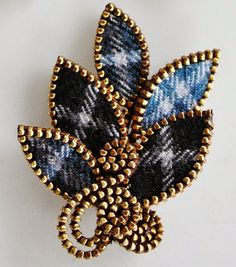 Tartan wool brooch --- ok, this won me over! I may just HAVE to start making some zipper jewelry! Zipper Bracelet, Zipper Jewelry, Fabric Jewelry, Bullet Jewelry, Zipper Flowers, Fabric Flowers, Brooches Handmade, Handmade Jewelry, Jewelry Crafts
