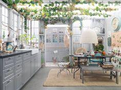 グリーンを天井にあしらって、自然の中にいるかのような雰囲気が出ているダイニングシーンです。カントリーな家具を合わせて、ゆったりロハスな生活がおくれそうな空間ですね。