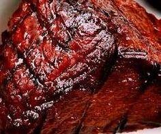 Fraldinha Assada ao Molho - Carne fraldinha temperada; cozida ao forno com molho de tomate, vinho tinto e caldo de carne; dourada com manteiga e molho de soja.