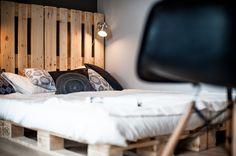 Łóżko z palet, drewniane palety, łóżko z drewnianych palet, europalety./ Zobacz więcej na:  https://www.homify.pl/katalogi-inspiracji/29249/meble-zrobione-z-palet-6-przykladow
