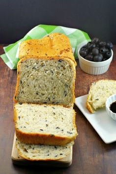 This savory Bread Machine Onion and Olive Bread is artisan bread made right in your bread maker. using staples like canned, sliced black olives, dehydrated onions, dried thyme and all-purpose flour. Vegan Bread Machine Recipe, Easy Bread Machine Recipes, Bread Maker Recipes, Bread Machine Bread, Breadmaker Bread Recipes, Eat This, Bread Baking, Bread Food, Artisan Bread