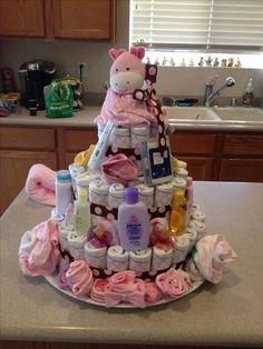 Baby girl diaper cake Baby Shower Food Menu, Baby Shower Food For Girl, Baby Shower Crafts, Baby Shower Gift Basket, Baby Shower Presents, Baby Shower Diapers, Baby Shower Fun, Baby Shower Gender Reveal, Baby Shower Themes