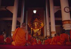 Monjes rezando en su templo, Chiang Mai (Tailandia). / Getty